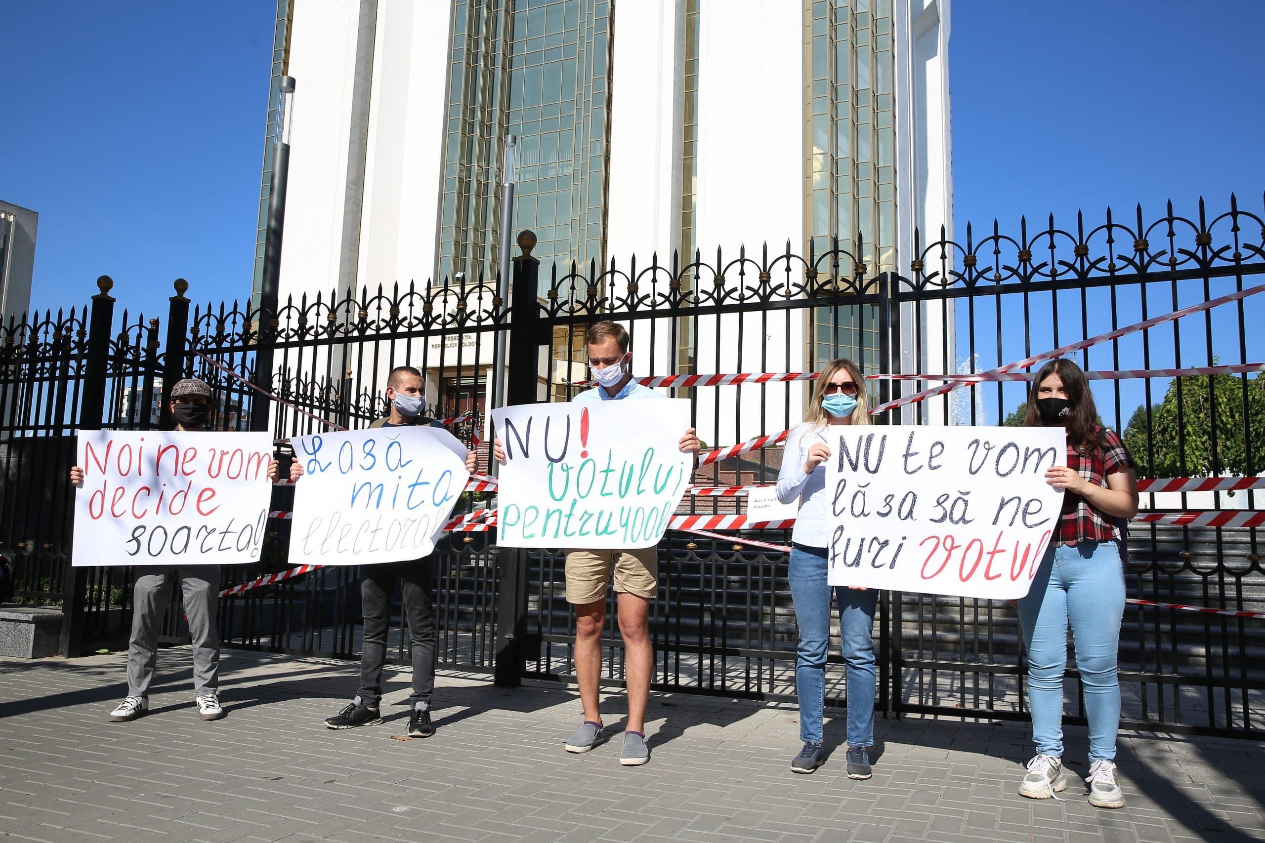 """Protest în fața Președinției R. Moldova: """"Nu te vom lăsa să ne furi votul"""""""