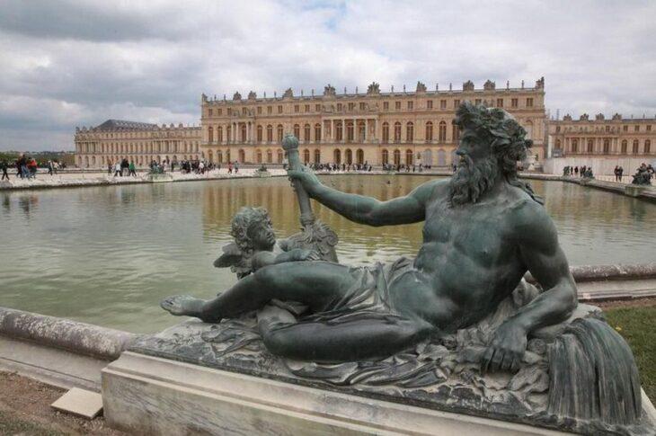 Bărbat arestat, după ce a intrat prin efracţie în Palatul Versailles. Purta un cearșaf şi pretindea că este rege