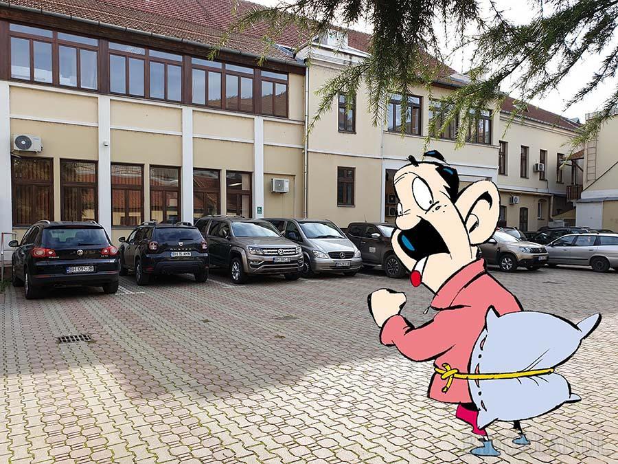 Groază de Bolojan: Să vezi minune, au reapărut maşinile în curtea Consiliului Judeţean Bihor!