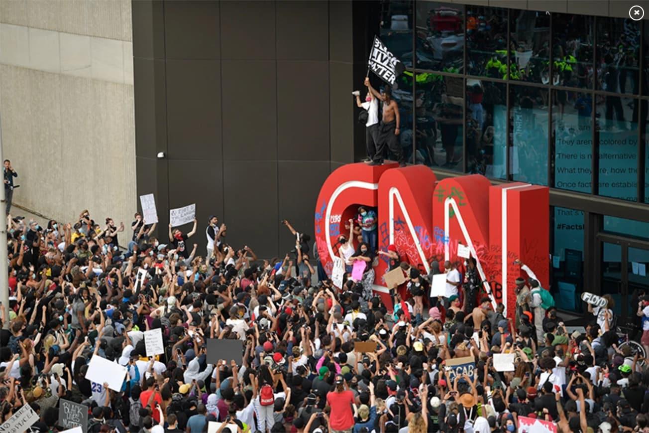 """Proteste ale susținătorilor lui Donald Trump în fața sediului CNN din Atlanta, Georgia. Americanii de dreapta au denunțat fraudarea alegerilor și au strigat """"Rușine, Rușine, Rușine să vă fie!"""" plus câteva injurii moderate"""