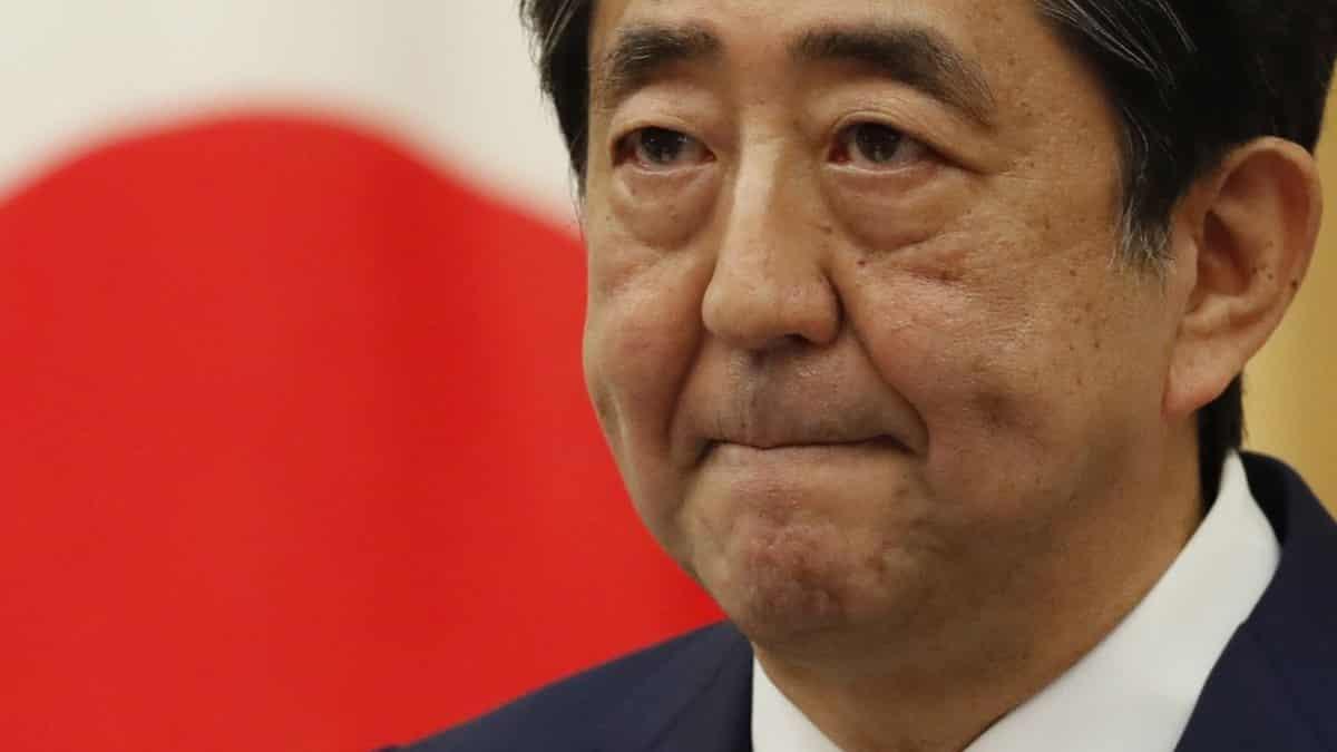 A demisionat cel mai longeviv premier din Japonia. Shinzo Abe: Vă cer scuze din adâncul inimii