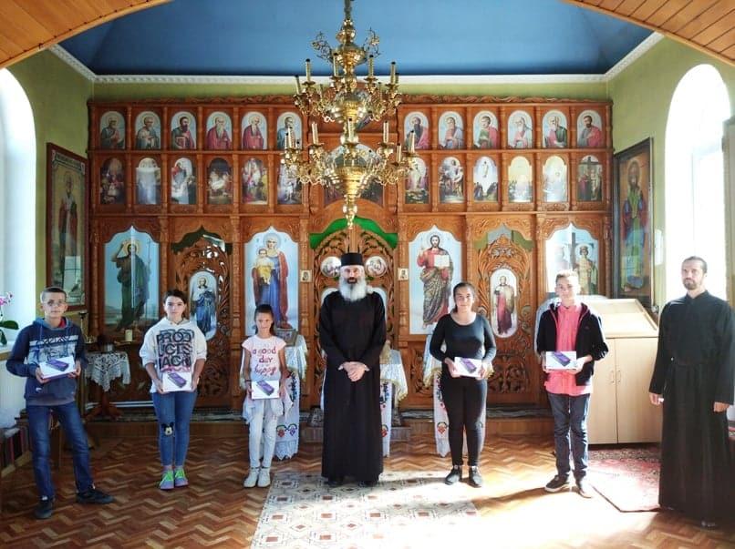 Episcopia de Bălţi a Mitropoliei Basarabiei oferă tablete elevilor nevoiași ~ InfoPrut