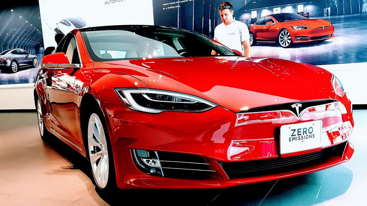 Tesla a anunțat cea mai rapidă mașină de serie din lume: Viteza maximă 320 km/oră și sprintul 0-100 sub 2 secunde