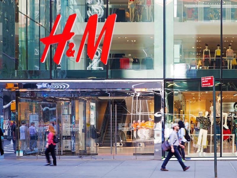 H&M, amendată de autoritățile germane. Compania și-ar fi spionat angajații