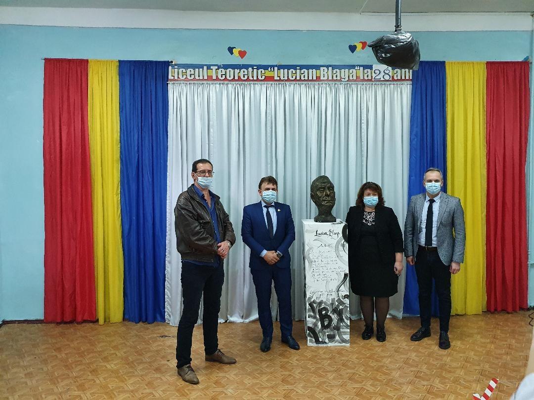 Oaspeți din Vrancea și Bacău la liceul românesc din Tiraspol. Bustul lui Lucian Blaga, printre cadourile oferite gazdelor ~ InfoPrut