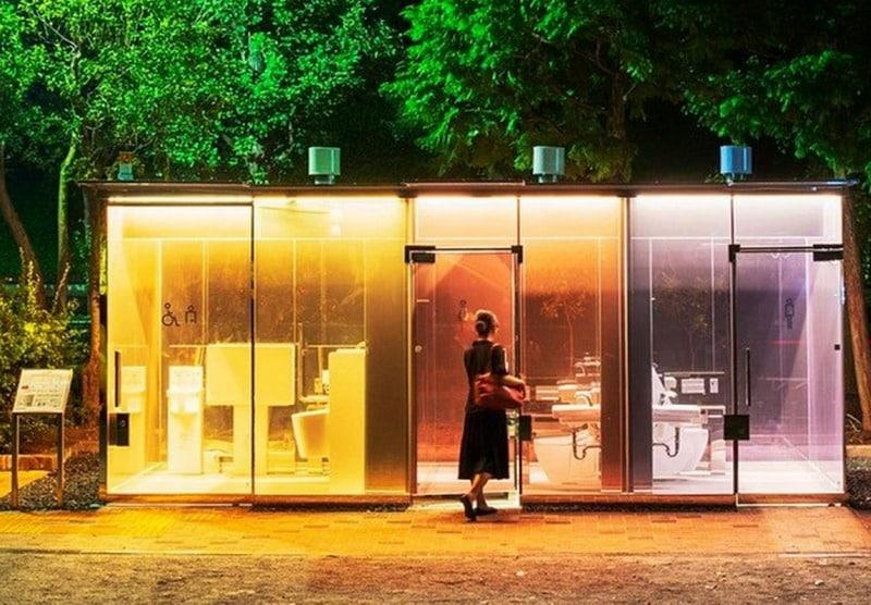 În mai multe parcuri din Tokyo au fost instalate primele toalete publice transparente