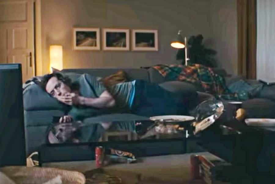 Guvernul german îi sfătuiește pe tineri să lenevească pe canapele în timpul pandemiei de Covid-19 (VIDEO)