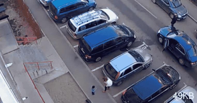 VIDEO. Momentul când o șoferiță din Bistrița lovește un copil cu mașina și apoi îl ceartă