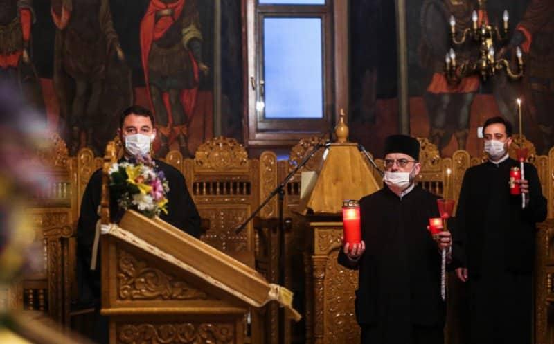 Noi reguli pentru slujbele de Crăciun în lăcașurile de cult. Condițiile în care preoții pot merge la sfințirea caselor de Bobotează. Preoții, exceptați de purtarea măștii