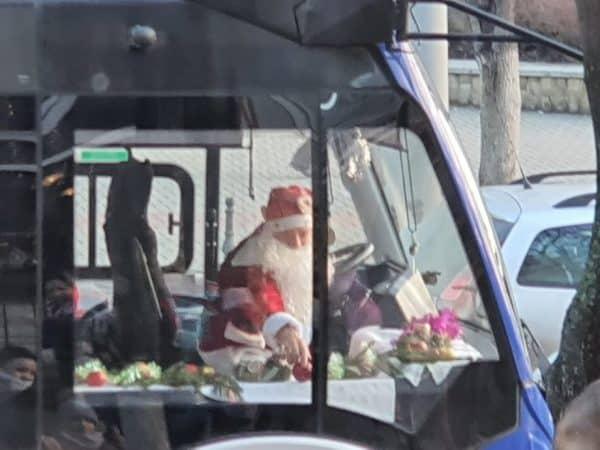 Moș Crăciun, surprins la volanul unui troleibuz din Chișinău ~ InfoPrut