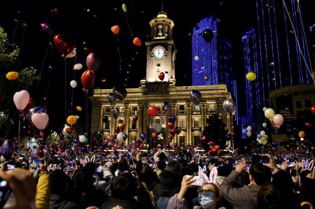 Wuhan: Mii de oameni au întâmpinat Noul An în stradă