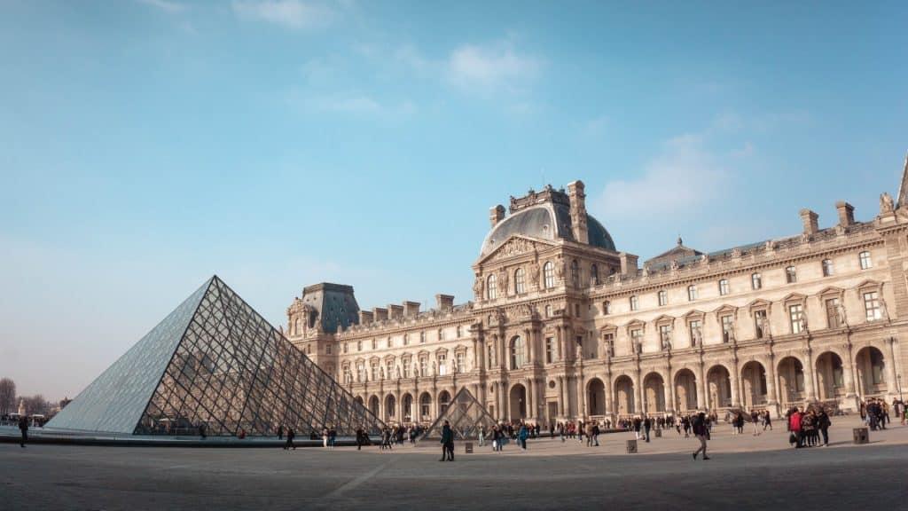 Franța redeschide restaurantele, muzeele și cinematografele la interior