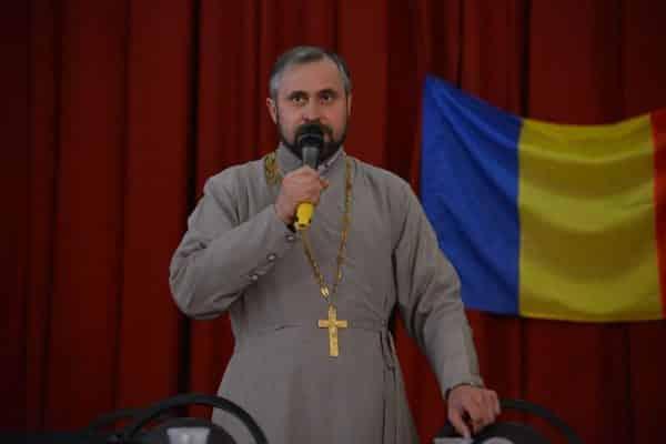 Singurul preot din R. Moldova care slujește în limbajul mimico-gestual, format în România ~ InfoPrut