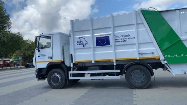 Municipiile Ungheni și Cahul, servicii moderne de colectare a gunoiului printr-un program finanțat de UE