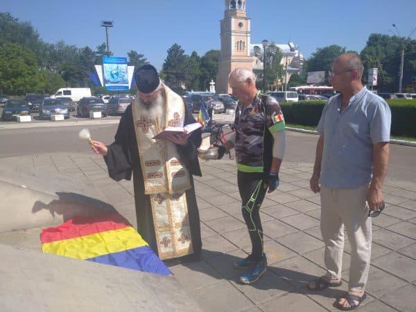 Tricolorul purtat de un veteran de război de la Nistru în Turul Unirii, sfințit de Episcopul de Bălți ~ InfoPrut