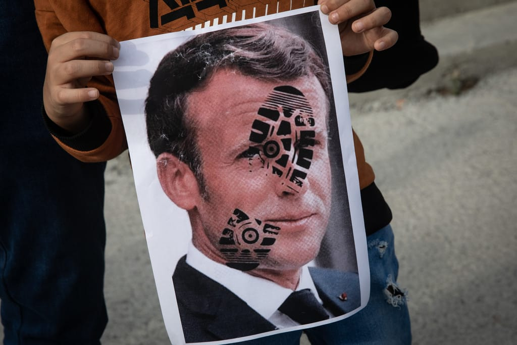VIDEO. Emmanuel Macron s-a făcut de râs de Ziua Franței: A fost huiduit și fluierat de mii de oameni pe Champs-Élysées
