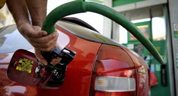 Câţi litri de benzină pot fi cumpăraţi cu salariul mediu în România și R. Moldova ~ InfoPrut