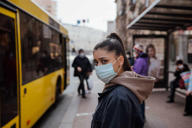 SUA: Deși s-au vaccinat, americanii trebuie să poarte din nou mască în interior în zonele cu risc – 60m.ro