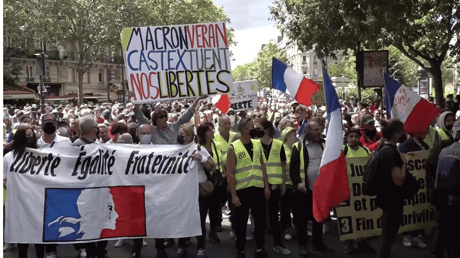 Zeci de mii de francezi în stradă: Fără pașaport sanitar! Macron demisia!