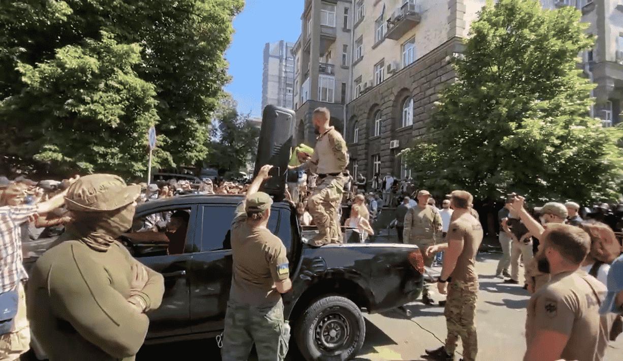 VIDEO: Proteste violente ale naționaliștilor ucraineni împotriva președintelui Volodimir Zelensky