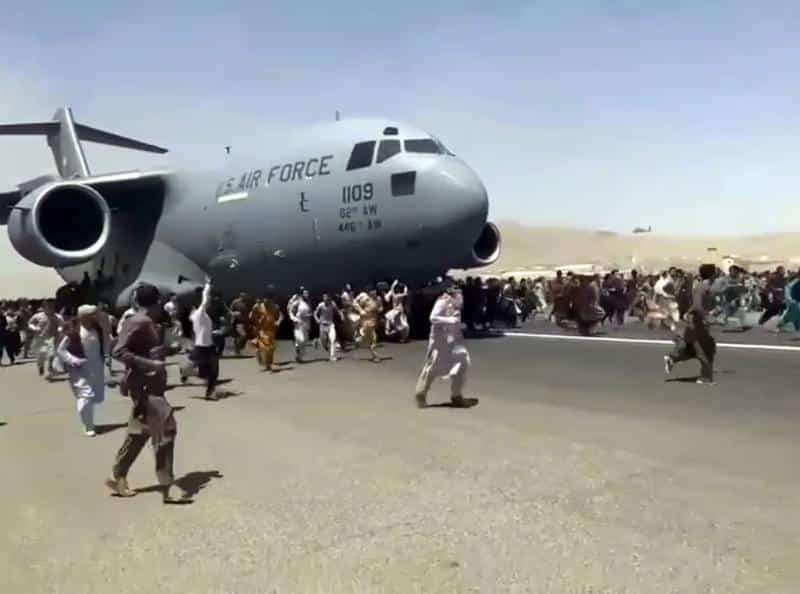 Talibanii interzic afganilor să mai meargă la Aeroportul din Kabul
