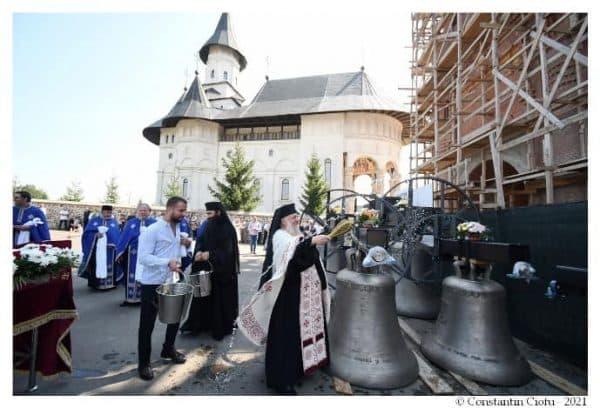 Noile clopote ale Mănăstirii Hadâmbu de lângă Iași, sfinţite de Episcopul de Bălți ~ InfoPrut