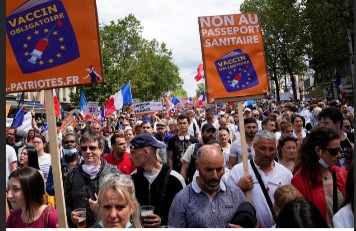 Fără Green Pass! Jos dictatura sanitară: Zeci de mii de francezi au ieşit în stradă