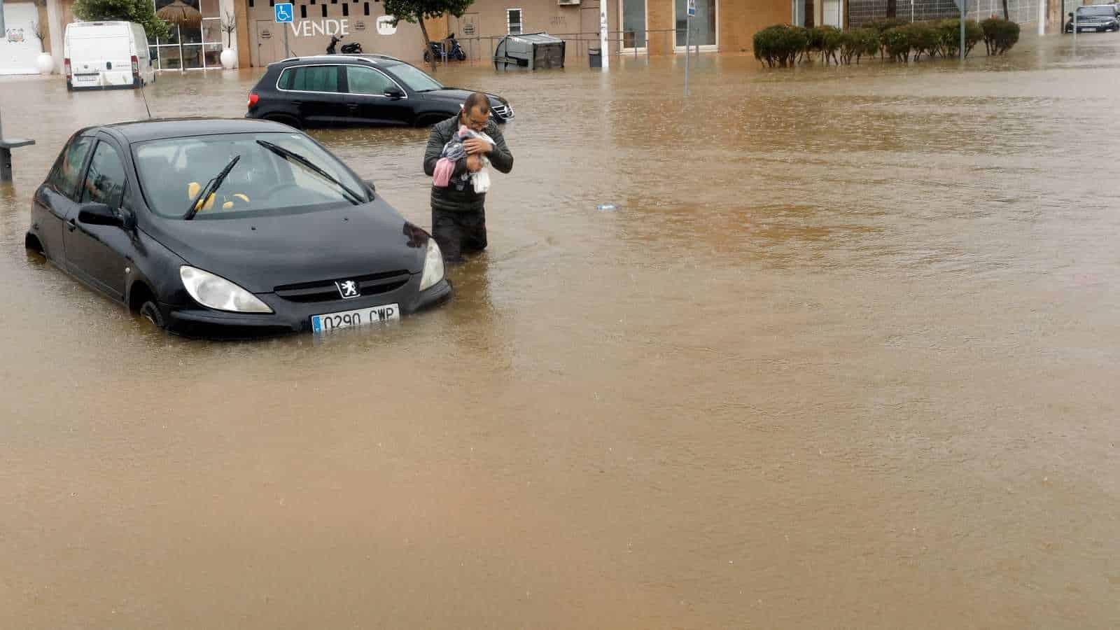 VIDEO. Inundații puternice au lovit estul Spaniei. Mii de case inundate, mașini luate de puhoaie și circulație blocată