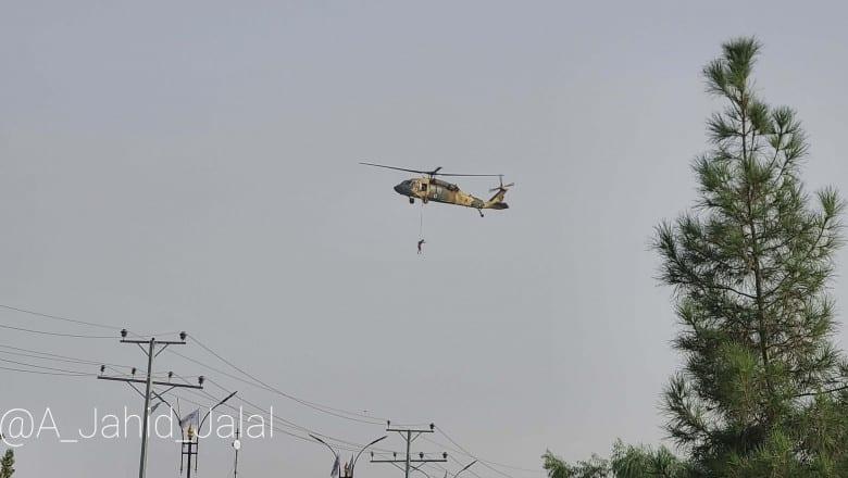 """Imaginile virale cu """"afganul spânzurat de un elicopter american"""""""