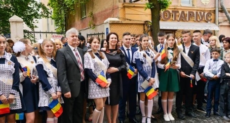 O profesoară din Chişinău îi ajută pe românii din nordul Bucovinei să nu-şi uite limba maternă ~ InfoPrut