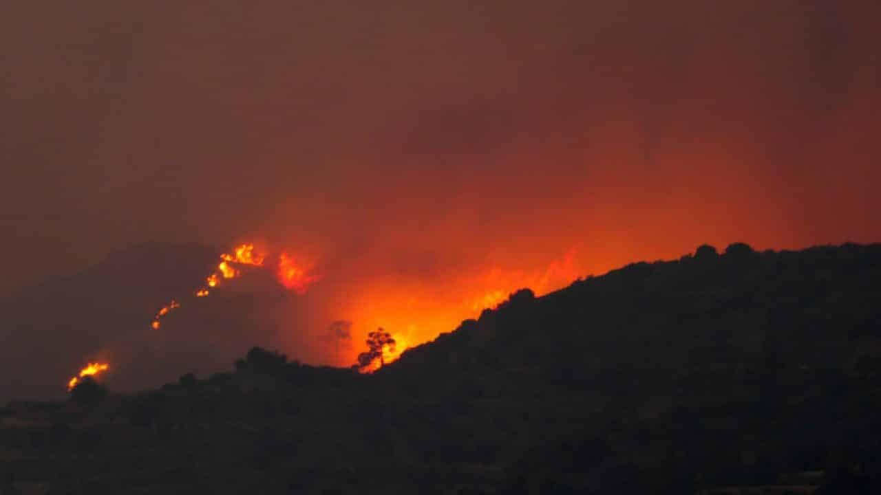 Arde pământul! Sute de pompieri se luptă cu flăcările din Andaluzia