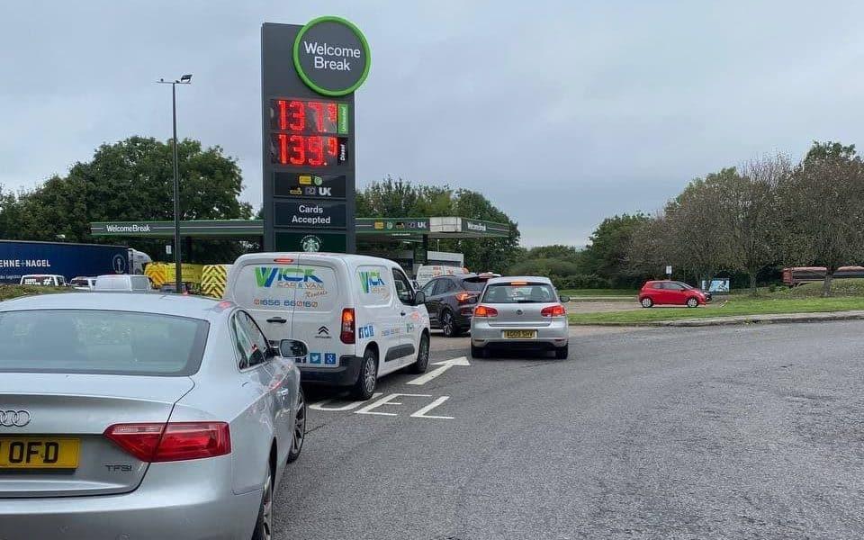 VIDEO. Măsuri extreme în UK: Benzinăriile anunță o limită de 30 de lire la combustibil – 60m.ro