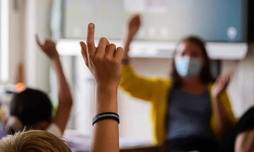Studenții nevaccinați, obligați să poarte banderole distinctive în Marea Britanie – 60m.ro